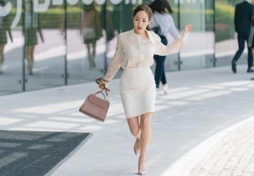 Mi So luôn trong trạng thái vội vàng vì sợ trễ giờ làm việc.
