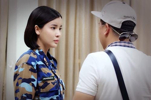 Đạo diễn Trần Bửu Lộc góp ý cảnh quay nội tâm cho Cao Thái Hà.