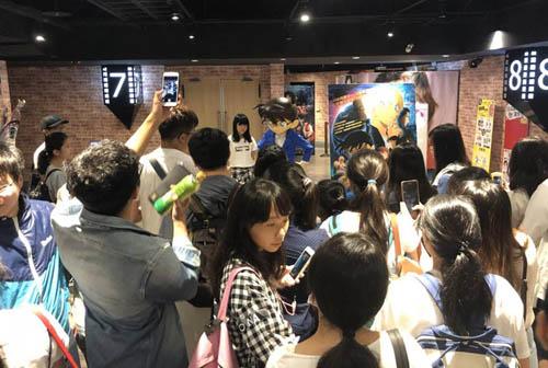Khán giả Đài Loan chụp ảnh với mô hình Conan tại một rạp chiếu.