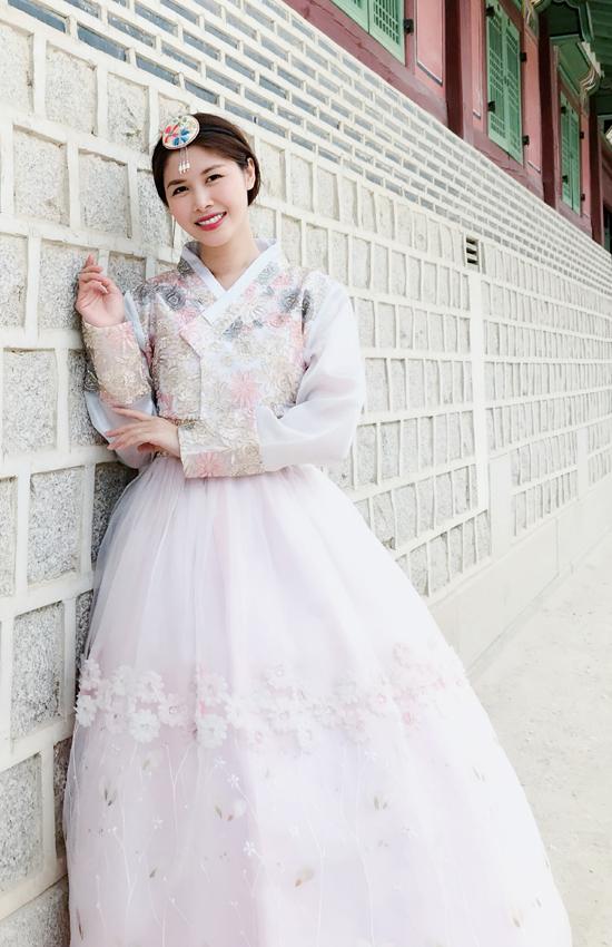 Vợ chồng Đăng Khôi diện Hanbok dạo hoàng cung Hàn Quốc