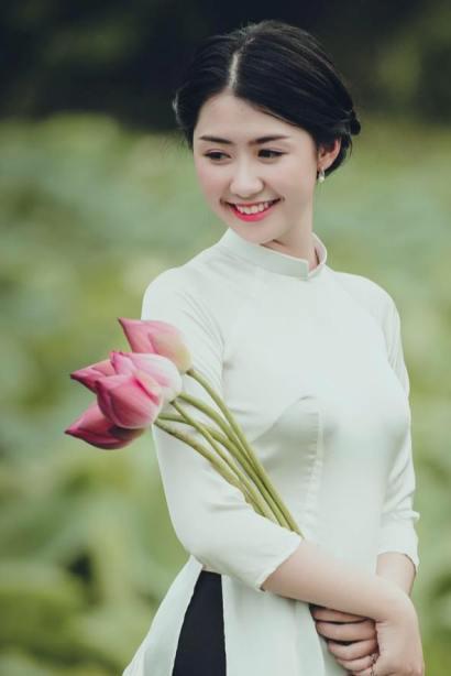 Những bộ áo dài trắng trơn kết hợp cùng hoa tai ngọc traihay mái tóc bới cao tôn nét duyêncủa người con gái đất Hà thành.