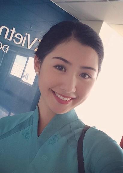 Ngọc Linh sinh năm 1995. Sau khitốt nghiệp Đại học Ngoại thương Hà Nội, cô trở thànhtiếp viên của Hãng hàng không Quốc gia Việt Nam.