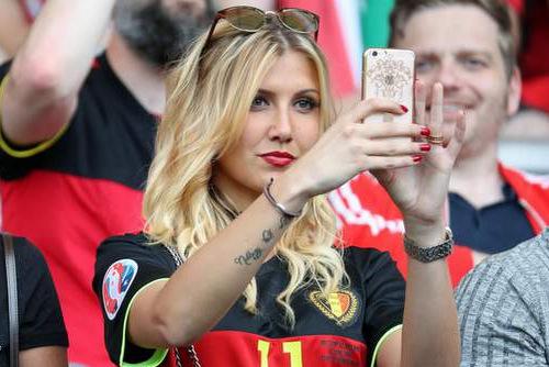 Từ khi còn yêu tiền vệ Bỉ, cô đã thường xuất hiện trên sân bóng để ủng hộ tinh thần bạn trai. Người đẹp cho biết trước đâycô từng không nghĩ đến chuyện hẹn hò cầu thủ bóng đá. Tuy nhiên, vìYannick là chàng trai tốt, côđã cho anh ấy cơ hội.