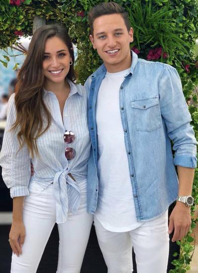 Charlotte Pirroni sinh năm 1993, cô làbạn gái của tiền vệFlorian Thauvin.