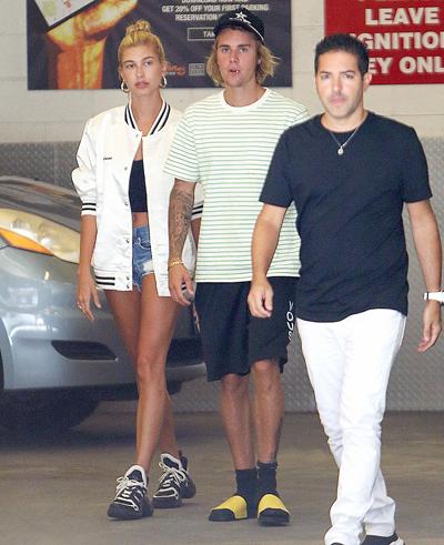 Justin và Hailey khi vừa tới sân bay Mỹ. Ảnh: The Image Direct.