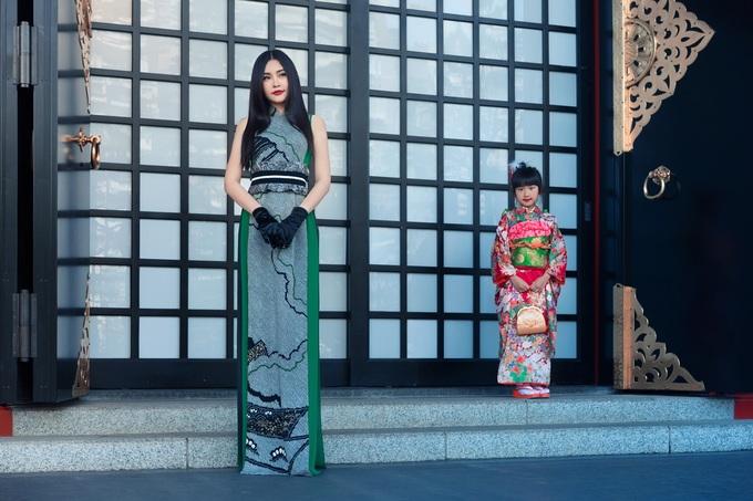 Lê Âu Ngân Anh diện mốt áo lót trên đường phố Tokyo