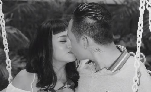 Một cảnh tình cảm của Duy Mạnh trong MV.
