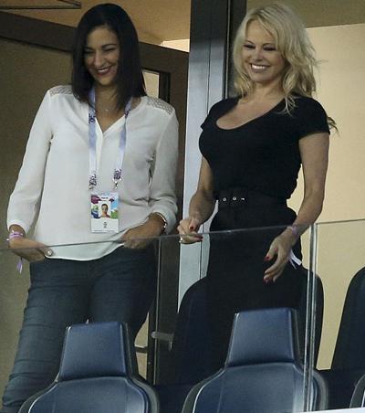 Pamela Anderson cổ vũ bạn trai ở khán đài.