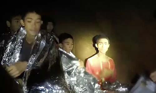 Adul Sam-on (áo đỏ, bên phải) là cậu bé đã giao tiếp với các thợ lặn bằng tiếng Anh. Ảnh:Hải quân Thái Lan.