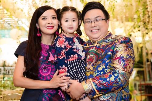 Hồng Loan (trái) - con gái nghệ sĩ Bảo Quốc - bên Gia Bảo và con trai anh trong sự kiện sáng 11/7.