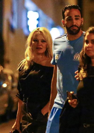 Dù Adil Rami không nói được tiếng Anh nhưng trung vệ câu lạc bộ Marseille và tuyển Pháp không thấy khó khăn trong giao tiếp với người đẹp Hollywood. Theo Pamela Anderson chia sẻ trên The Sun, cả hai dùng ký hiệu và ngôn ngữ cơ thể để trao đổi.
