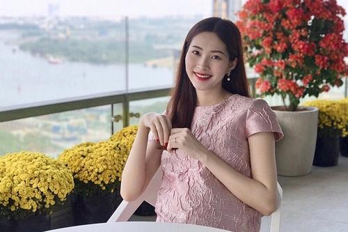 Dịp Tết Nguyên đán 2018, Hoa hậu Thu Thảo chia sẻ hình ảnh cô mang bầu