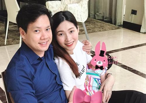 Thu Thảo trang điểm nhẹ nhàng khi chụp ảnh cùng chồng và con gái. Kết hôn tháng 10/2017, đôi vợ chồng hạnh phúc khi đón công chúa nhỏ chào đờingay sau đó.