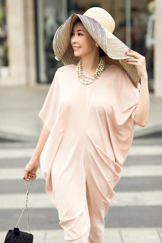 Hà Kiều Anh xuống phố với váy mỏng, mũ rộng vành