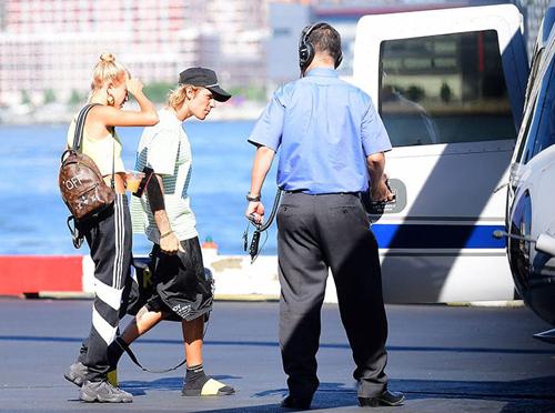 Justin Bieber và Hailey Baldwin lên máy bay trực thăng ở New York. Ảnh: Splash.