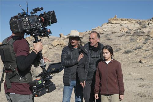 Đạo diễnStefano Sollima (giữa) vàIsabela Moner (phải) trên trường quay.