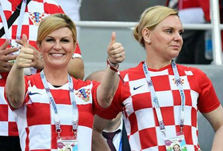 Trước đó, bà gây chú ý khi xuất hiện trên khán đài cổ vũ trận tứ kết giữa Nga và Croatia. Bà thu hút bởi biểu cảm tự nhiên, thoải mái. Sau khi trận đấu kết thúc với chiến thắng thuộc về Croatia, bà vào phòng thay đồ của các cầu thủ để chúc mừng họ.