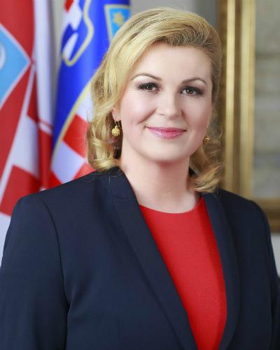Kolinda Grabar-Kitarović sinh năm 1958. Bà giành thắng lợi trong cuộc bầu cử tổng thống năm 2015 và trở thành nữ tổng thống đầu tiên của nước này. Ở tuổi 50, Kolinda giữ được gương mặt tươi tắn, vóc dáng cân đối. Trang Culture Hook gọi bà là nữ tổng thống quyến rũ nhất thế giới.