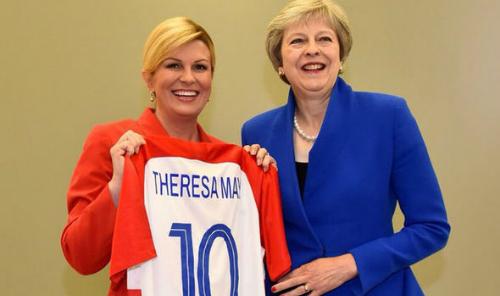 BàKolinda là người yêu thể thao, đặc biệt là bóng đá. Dù vắng mặt ở trậnbán kếtgiữa Croatia và Anh do phải tham dự Hội nghị NATO tại Bỉ, nữ tổng thống vẫnthể hiện niềm tự hào với đội tuyển bằng cách tặng lãnh đạo các nước áothi đấu của Croatia có in tên họ.Sauchiến thắngcủa đội nhà trước Anh, bà cũng đăng một video ngắn chúc mừng các cầu thủ.