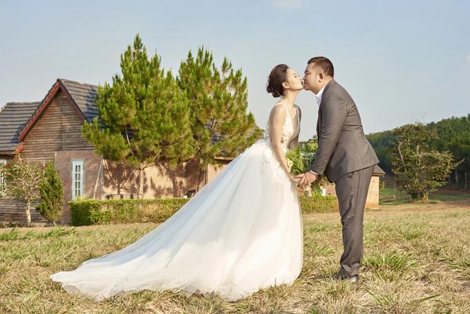 Hà Thúy Anh chụp ảnh cưới trên đồi thông