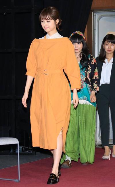 Tham gia sự kiện hồi tháng 4, Nozomi Sasaki diện váy đơn sắc tạo điểm nhấn ở phần eo.