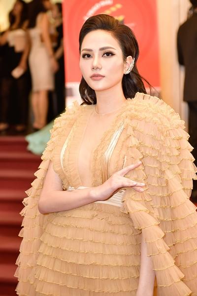 Hoa hậu Du lịch Toàn cầu 2018 Diệu Linh diện đầm xếp ly của nhà thiết kế Công Trí.