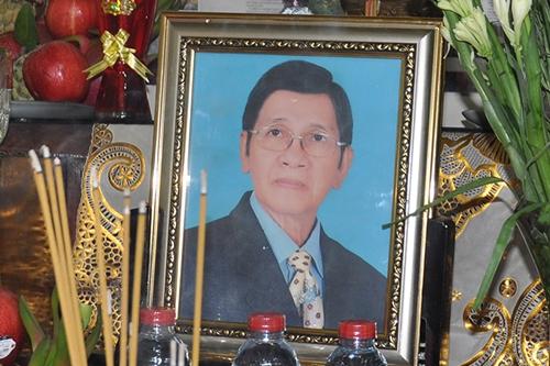 Gia đình dựng di ảnh và bàn thờ cho cố nghệ sĩ sau khi ông hiến xác.
