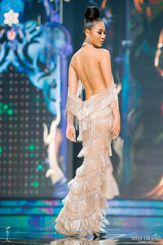Thí sinh Hoa hậu Hòa bình Thái Lan diện đầm cắt xẻ, xuyên thấu