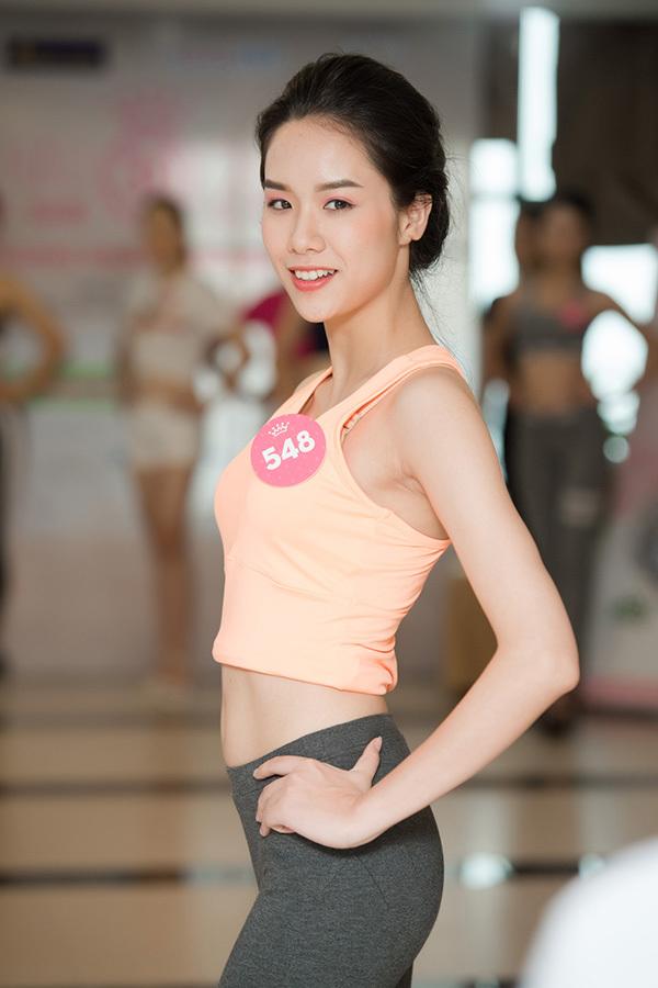 Thí sinh Hoa hậu Việt Nam mặc crop-top tôn eo thon ở buổi tập