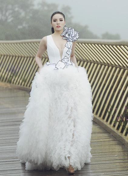 Hoa hậu Kỳ Duyên suýt ngã mấy lần vì mưa to và bộ váy cồng kềnh. Ảnh: Kiếng Cận.