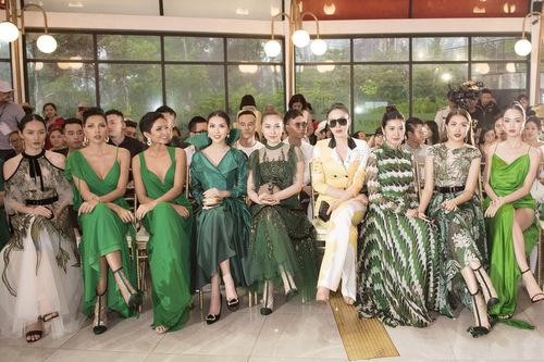 Các người đẹp tiếp tục cổ vũ cho show diễn sau khi dời sân khấu vào trong nhà.
