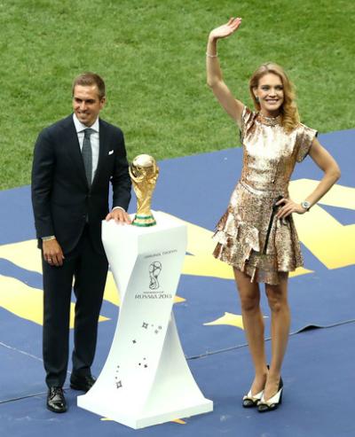Ở lễ khai mạc, Natalia Vodianova sánh vaithủ môn Iker Casillas - cựu đội trưởng Tây Ban Nha - giới thiệu cúp vàng.