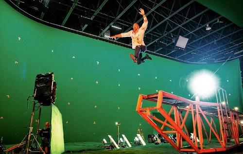 The Rock trên phim trường để ghi hình cú nhảy ngoạn mục của nhân vật chính. Sau đó, bối cảnh xung quanh sẽ được ghép vào bằng công nghệ máy tính.