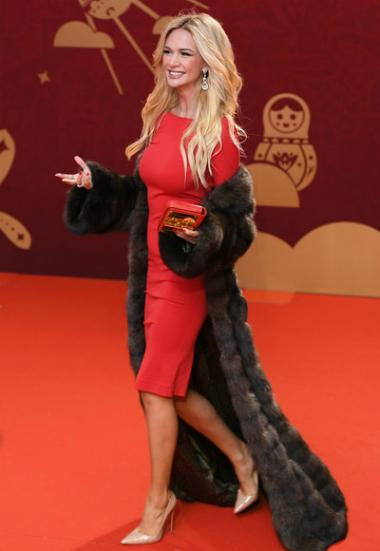Victoria Lopyreva có mặt sớm tại lễ bế mạc. Cô liên tục mỉm cười, vẫy tay với người hâm mộ.