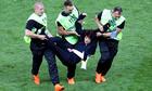 Nhóm nhạc Nga phá hoại chung kết World Cup để tưởng nhớ nhà thơ