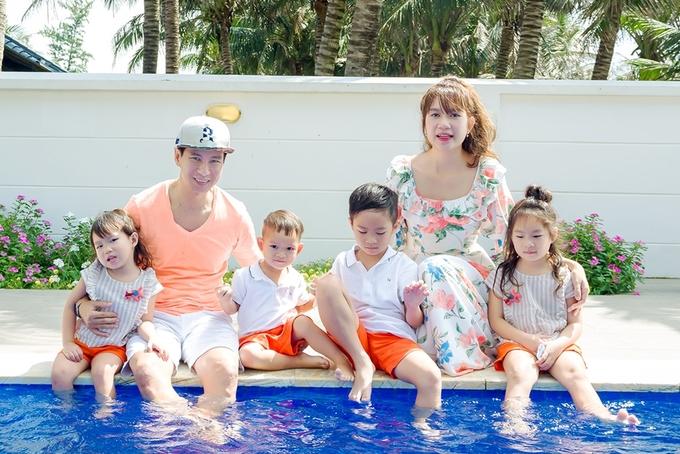Vợ chồng Lý Hải mừng sinh nhật con thứ tư ở bãi biển