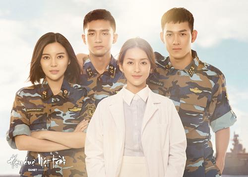 Khả Ngân (áo trắng) và dàn diễn viên Hậu duệ mặt trời bản Việt.