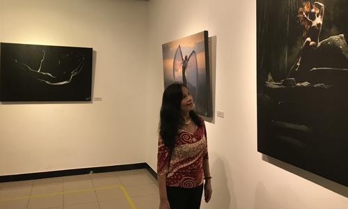 Khán giả thưởng thức tác phẩm ở triển lãm.