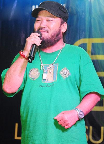 Võ Tòng đi hát để kiếm thêm thu nhập.