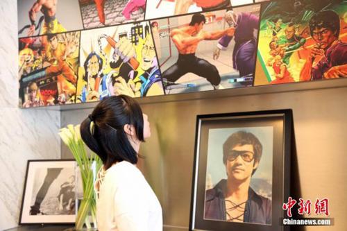 Khán giả xem triển lãm chủ đề Lý Tiểu Long tại Hong Kong dịp 45 năm anh qua đời.