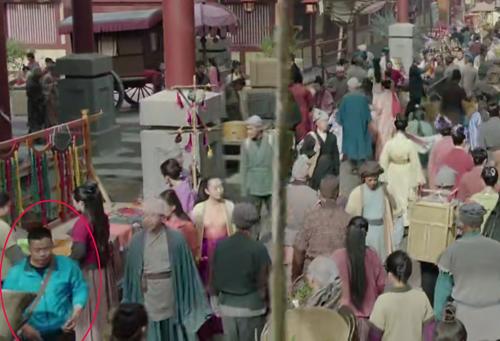 Người đàn ông mặc trang phục hiện đai vô tư đi giữa phố