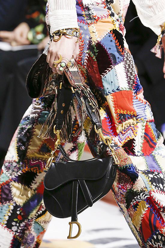 Túi yên ngựa mang tính biểu tượng của Dior trở lại
