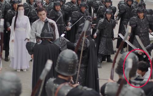 Nhân viên trường quay lấp ló trong đám quân binh.
