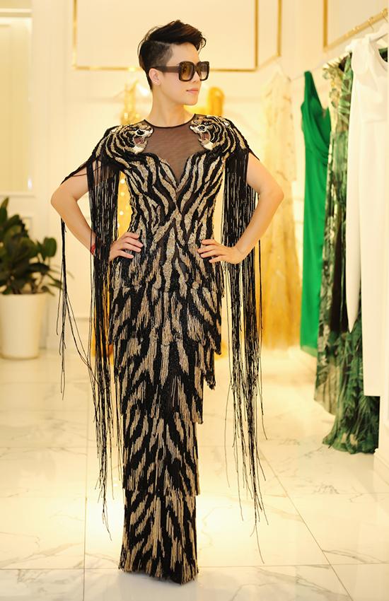 Thu Phương thử váy dạ hội để đi chấm thi