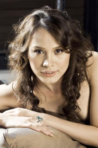 Ngọc Khánh của năm 2009 vẫn giữ được nhan sắc mặn mà. Cô vẫn trung thành với mái tóc xoăn dài kiểu thập niên 1990 kể từ hồi đăng quang.