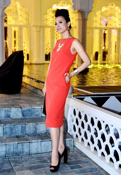 Năm 2012, Ngọc Khánh ghi điểm với đầm tối giản sang trọng kèm dây chuyền dài.Lúc này, cô đang học ngành thời trang tại Mỹ được gần hai năm.