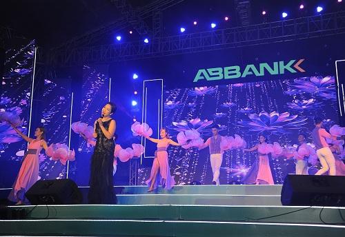 Mỹ Linh diện váy đen quyến rũ biểu diễn trên sân khấu - 1