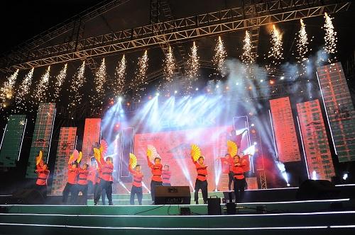 Mỹ Linh diện váy đen quyến rũ biểu diễn trên sân khấu - 8