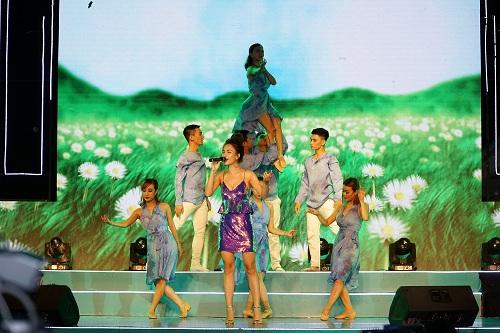 Mỹ Linh diện váy đen quyến rũ biểu diễn trên sân khấu - 4