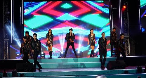 Mỹ Linh diện váy đen quyến rũ biểu diễn trên sân khấu - 2